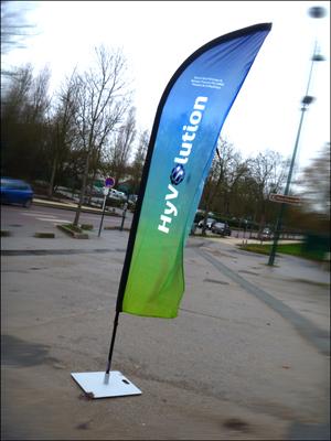 """A l'entrée du Parc Floral hier, le drapeau """"Hyvolution"""". Photo: PHB/JDC"""